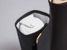 Μαύρη δερματίνη με εσωτερικό άσπρο νάπα στη φόδρα και τον κύλινδρο