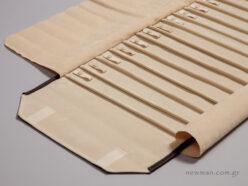 Κλείσιμο με βέλκρο στο ίδιο χρώμα με το ύφασμα στο οποίο είναι ραμμένο