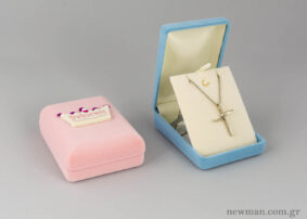 Κουτιά από βελούδο σε ροζ και σιέλ με κορώνα για βαπτιστικούς σταυρούς