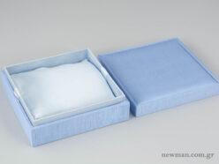 Υφασμάτινο κουτί κοσμημάτων με μαξιλαράκι σε σιέλ χρώμα για κολιέ