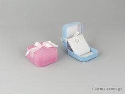Τετράγωνα κουτιά παιδικών κοσμημάτων σε ροζ και σιέλ χρώμα