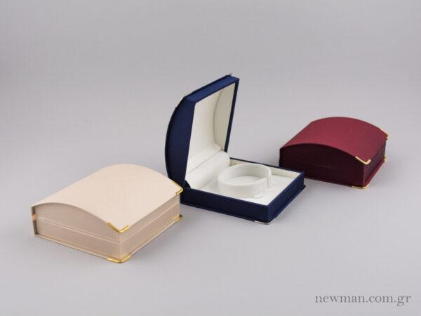 Κουτί κοσμημάτων με βάση για χειροπέδα, επενδυμένο εξωτερικά με σατέν γκρο σε μπλε, εκρού και μπορντώ χρώμα.