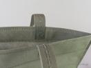 Λεπτομέρεια από την πιέτα στο κάτω μέρος της non woven τσάντας με χεράκι loop