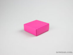 Paper jewellery box 10x10x4cm in fuchsia pink.