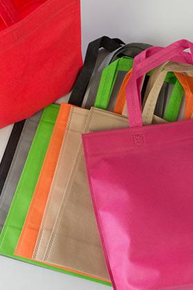 Οικονομικές και ανθεκτικές τσάντες, non woven, σε διάφορα μεγέθη και σε διαφορετικά χρώματα.