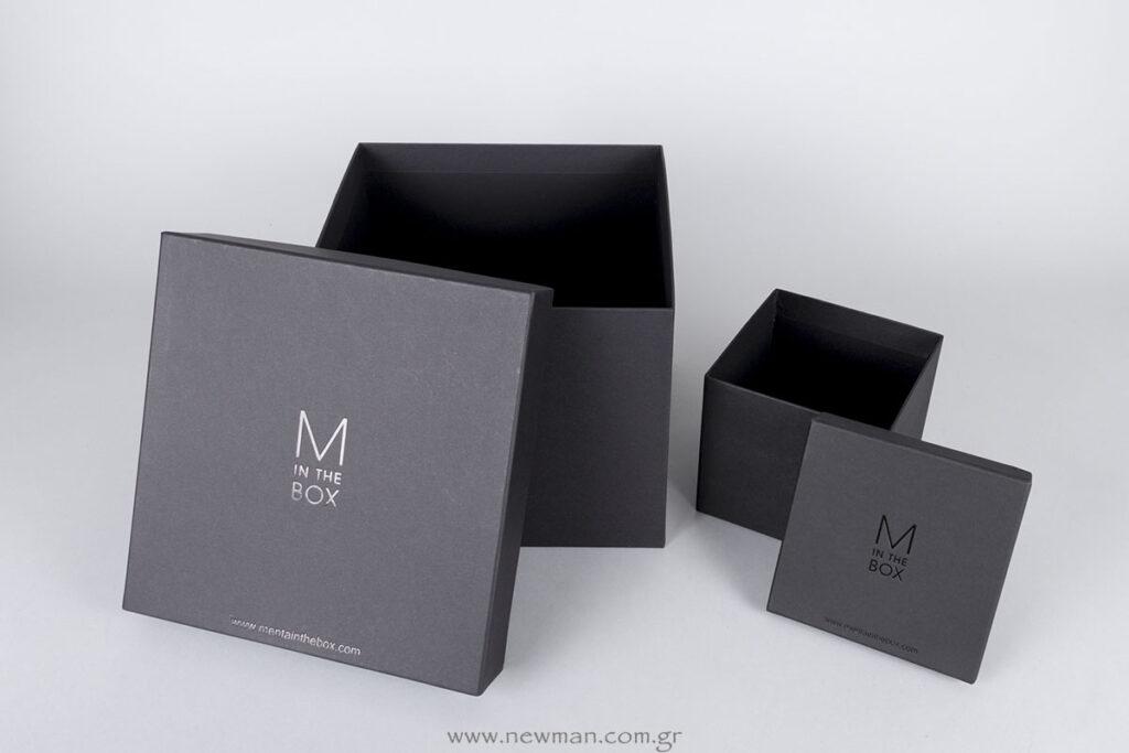 Μαύρα χάρτινα κουτιά με μαύρη γυαλιστερή εκτύπωση