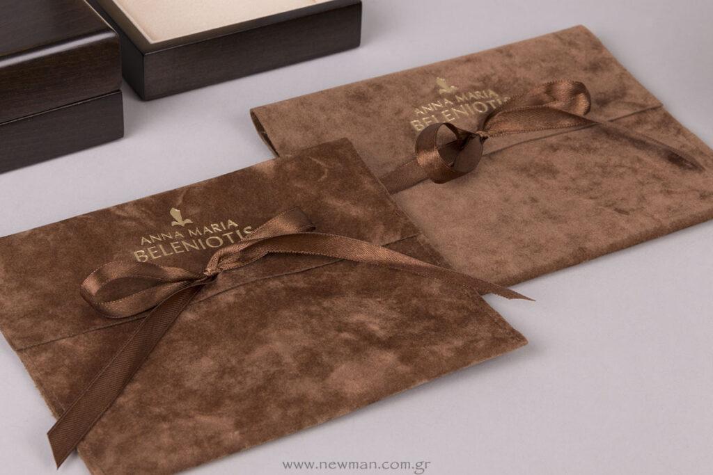Σουέτ πουγκιά τσέπη με σατέν κορδέλα και εκτύπωση λογότυπο