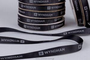 Wyndham: Μαύρη γκρο κορδέλα με ανάγλυφη γκρι μεταξοτυπία