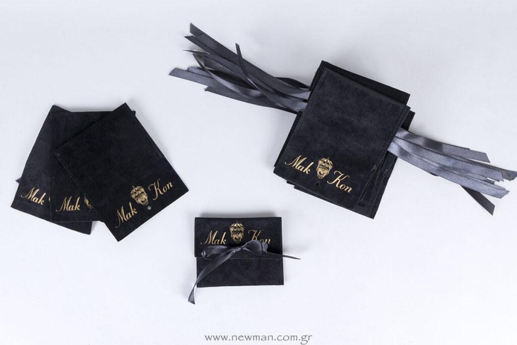 Σουέτ μαύρο πουγκί με σατέν μαύρη κορδέλα & εκτύπωση χρυσό λογότυπο Mak Kon