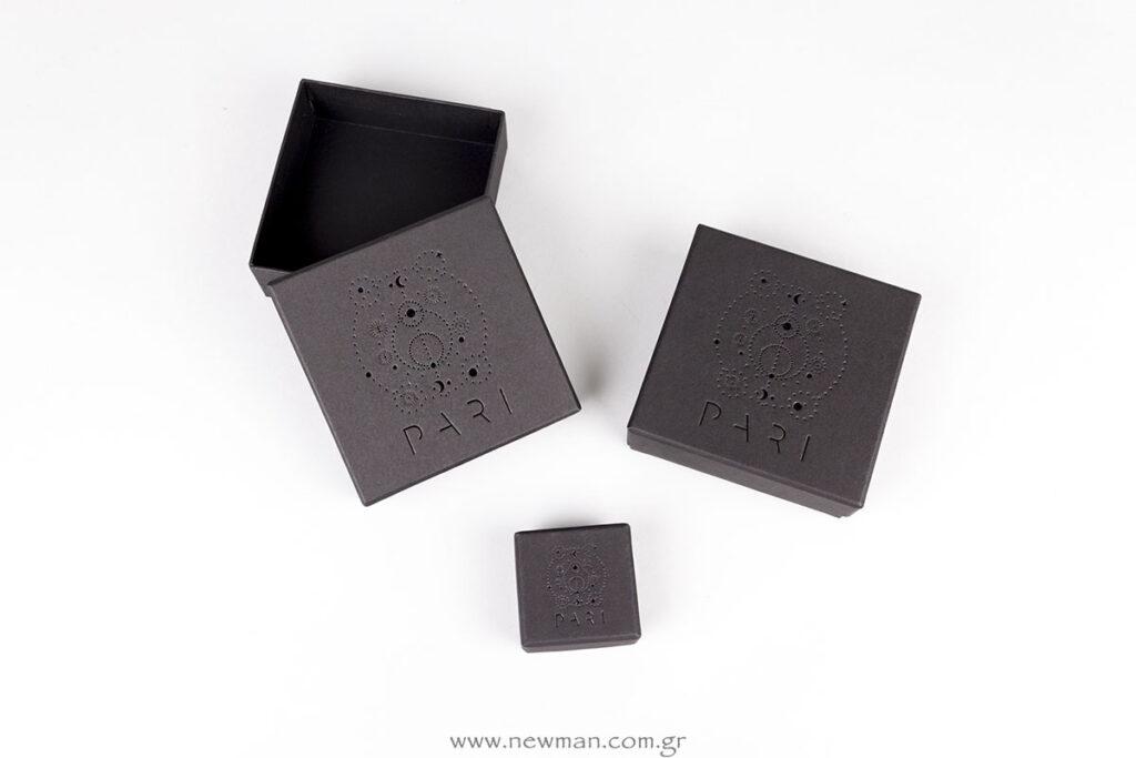 Μαύρα χάρτινα κουτιά με εκτύπωση μεταλλοτυπίας σε μαύρο χρώμα