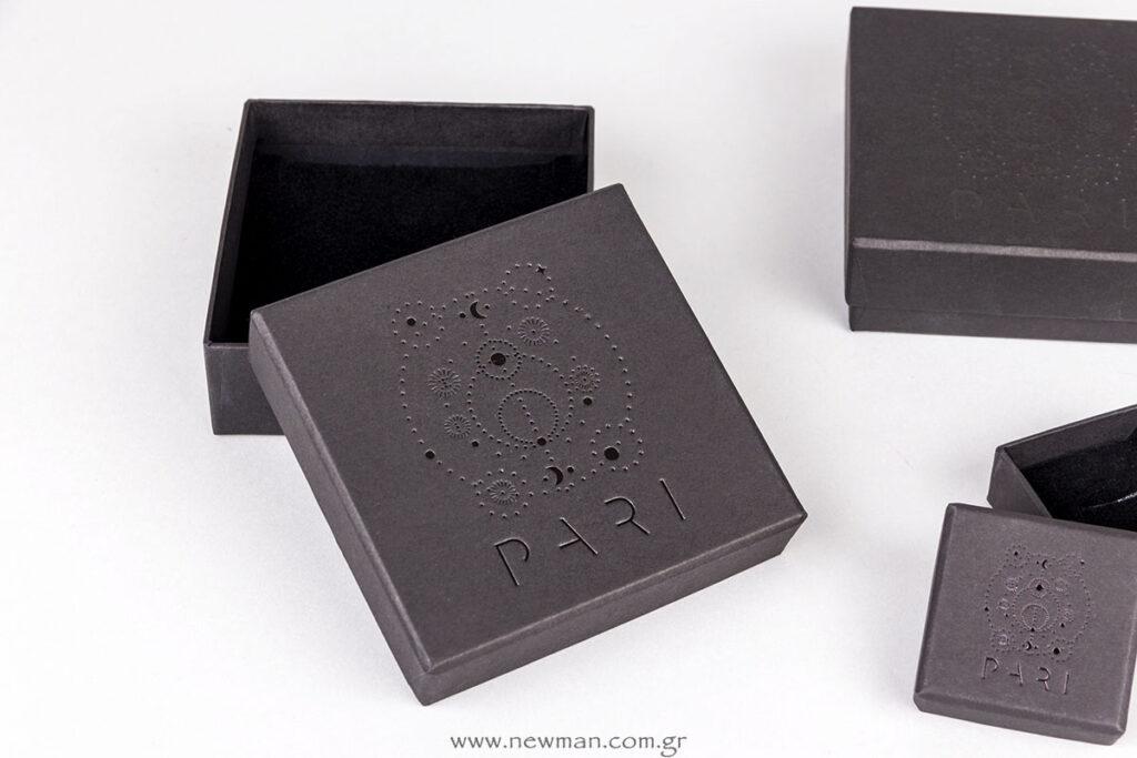 Μαύρο λογότυπο σε μαύρο κουτί για κοσμήματα