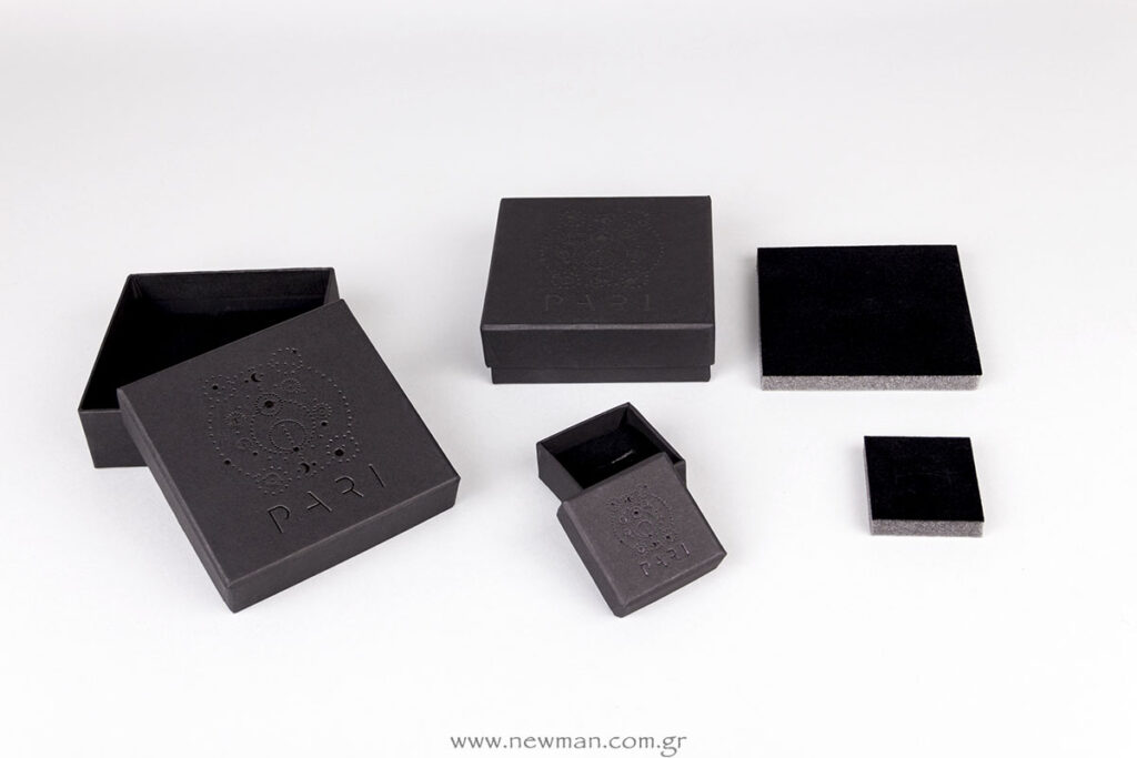 Μαύρα κουτιά με ειδική αφρολέξ βάση για κοσμήματα