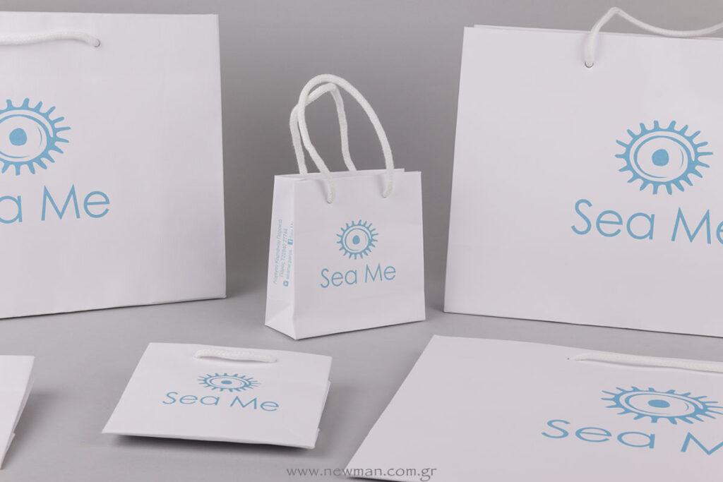 Sea Me λογότυπο σε τσάντα με στοιχεία επικοινωνίας στην πιέτα