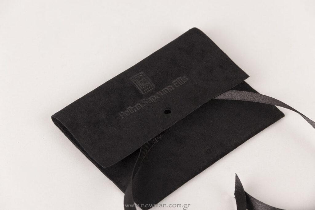 Μαύρο σουέτ πουγκί με μαύρη σατέν κορδέλα και εκτύπωση βαθυτυπίας