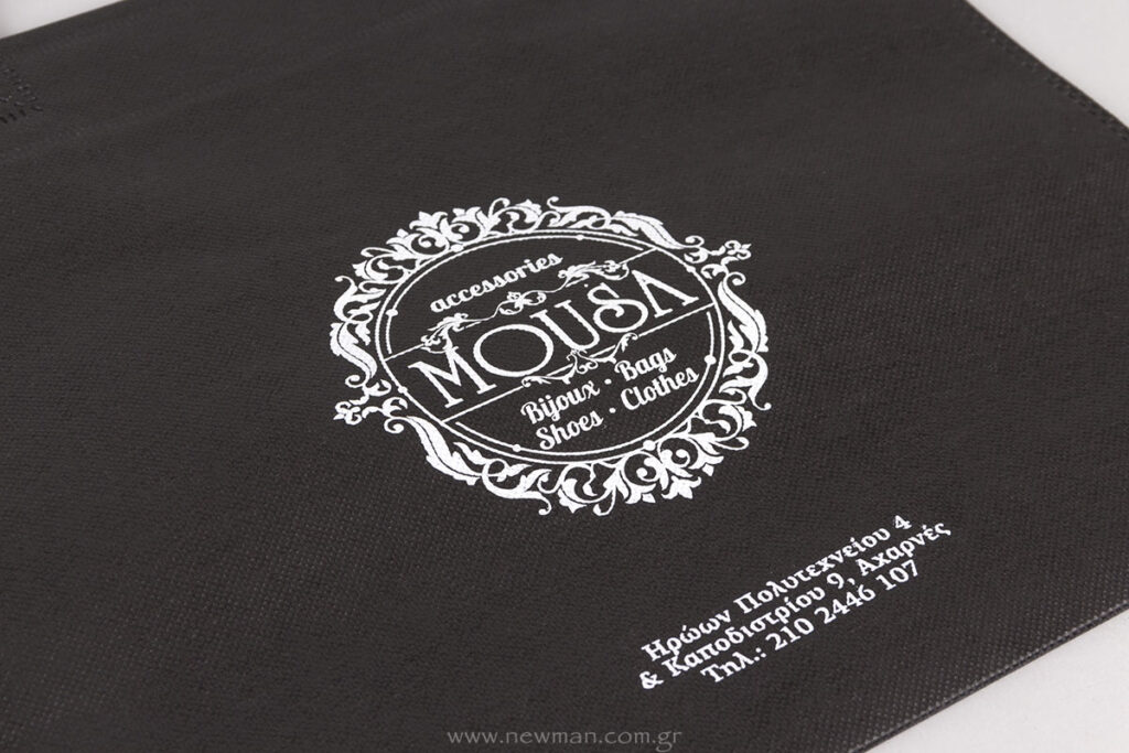 Λευκό λογότυπο σε μαύρη τσάντα