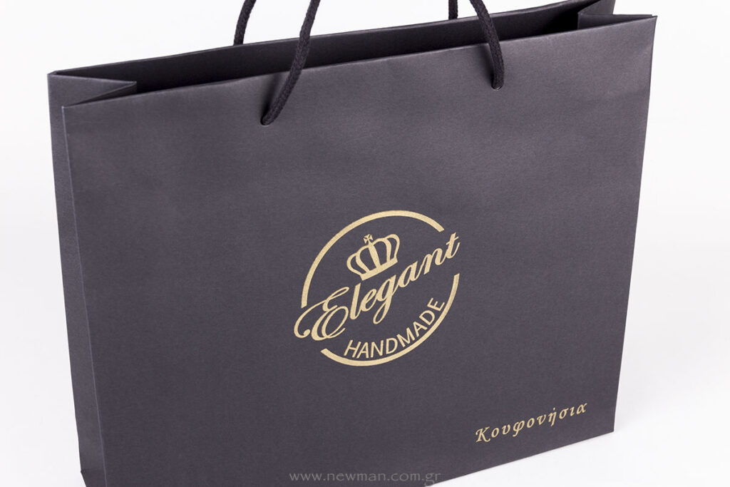 Elegant: black bag with gold logo