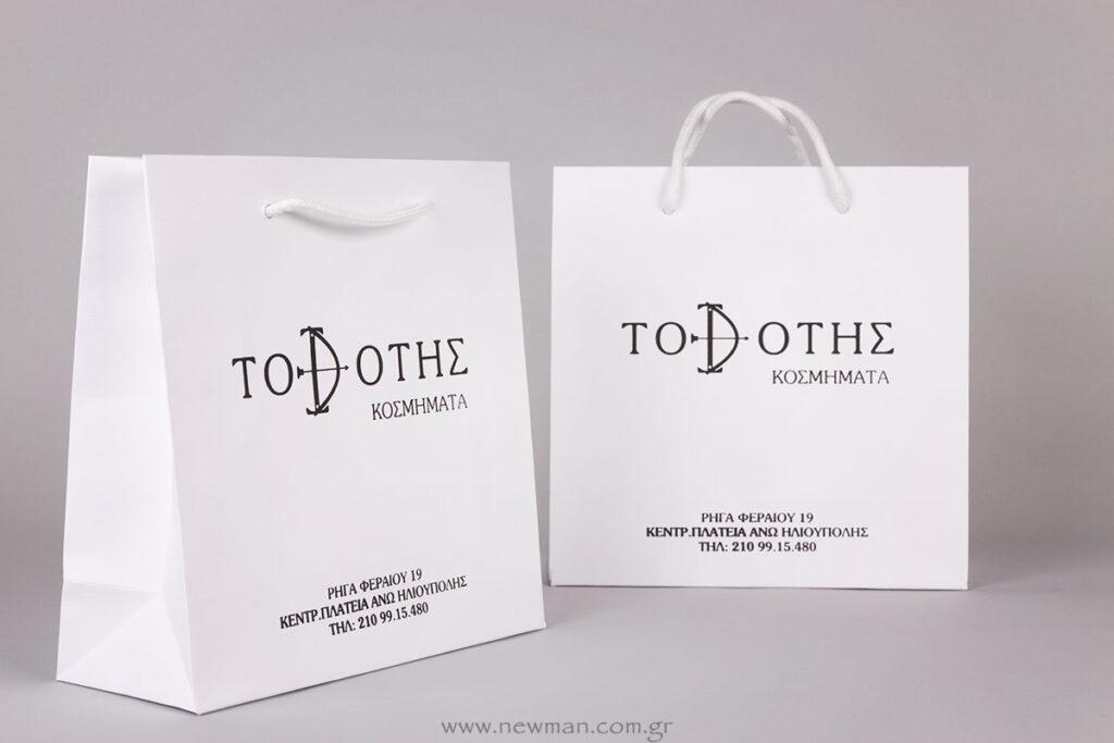Λευκές χάρτινες τσάντες πολυτελείας με μαύρη εκτύπωση