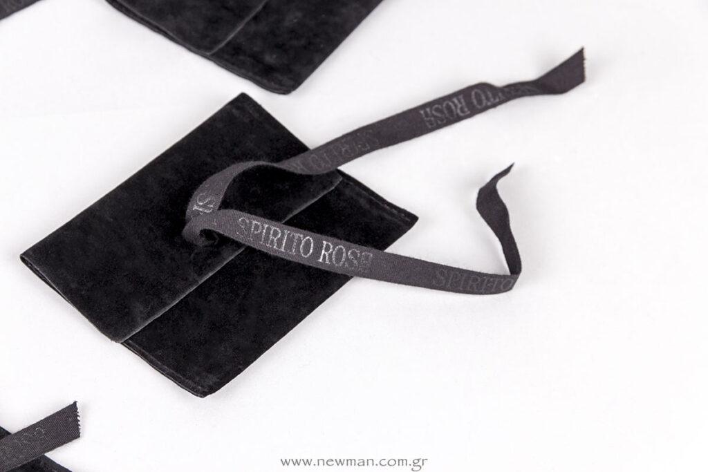 Λογότυπο Spirito Rosa σε κορδέλα που κλείνει βελούδινο πουγκί για κόσμημα