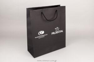 Λευκή εκτύπωση μεταξοτυπίας σε μαύρη χάρτινη τσάντα πολυτελείας