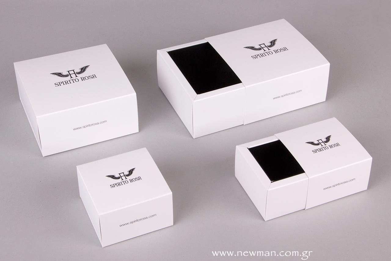 Σε δυο διαφορετικά μεγέθη, το συρταρωτό κουτί κοσμημάτων σε λευκό και μαύρο είναι λιτό, κομψό και διαθέτει ιδιαίτερα απαλή υφή.