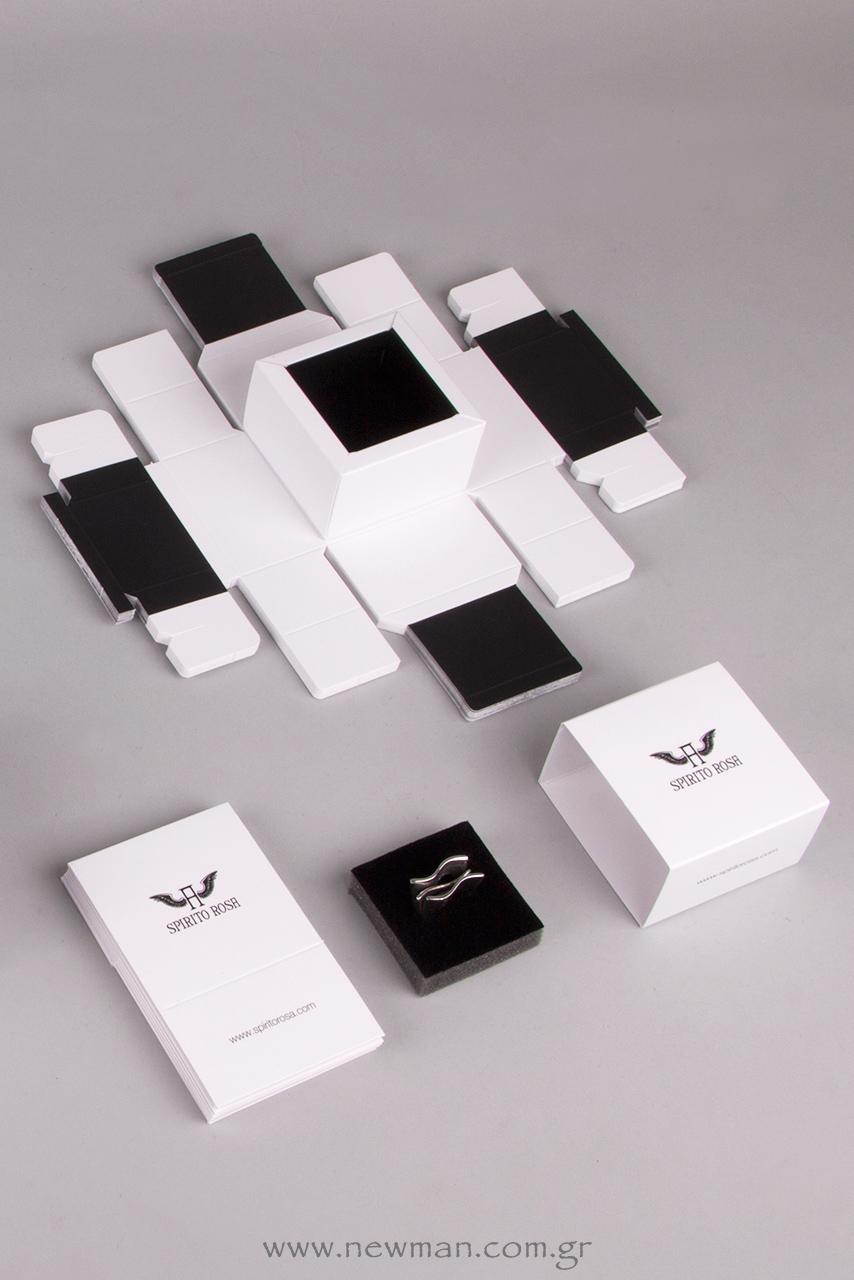 Το μανίκι του κουτιού είναι τυπωμένο με μαύρο χρώμα, σε όλες τις πλευρές του (λογότυπο εταιρείας, ηλεκτρονική διεύθυνση κλπ.).