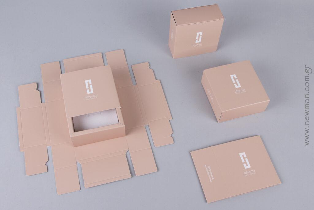 Συρταρωτό κουτί σε nude απόχρωση με το λογότυπο της εταιρείας Jewls & Jems.