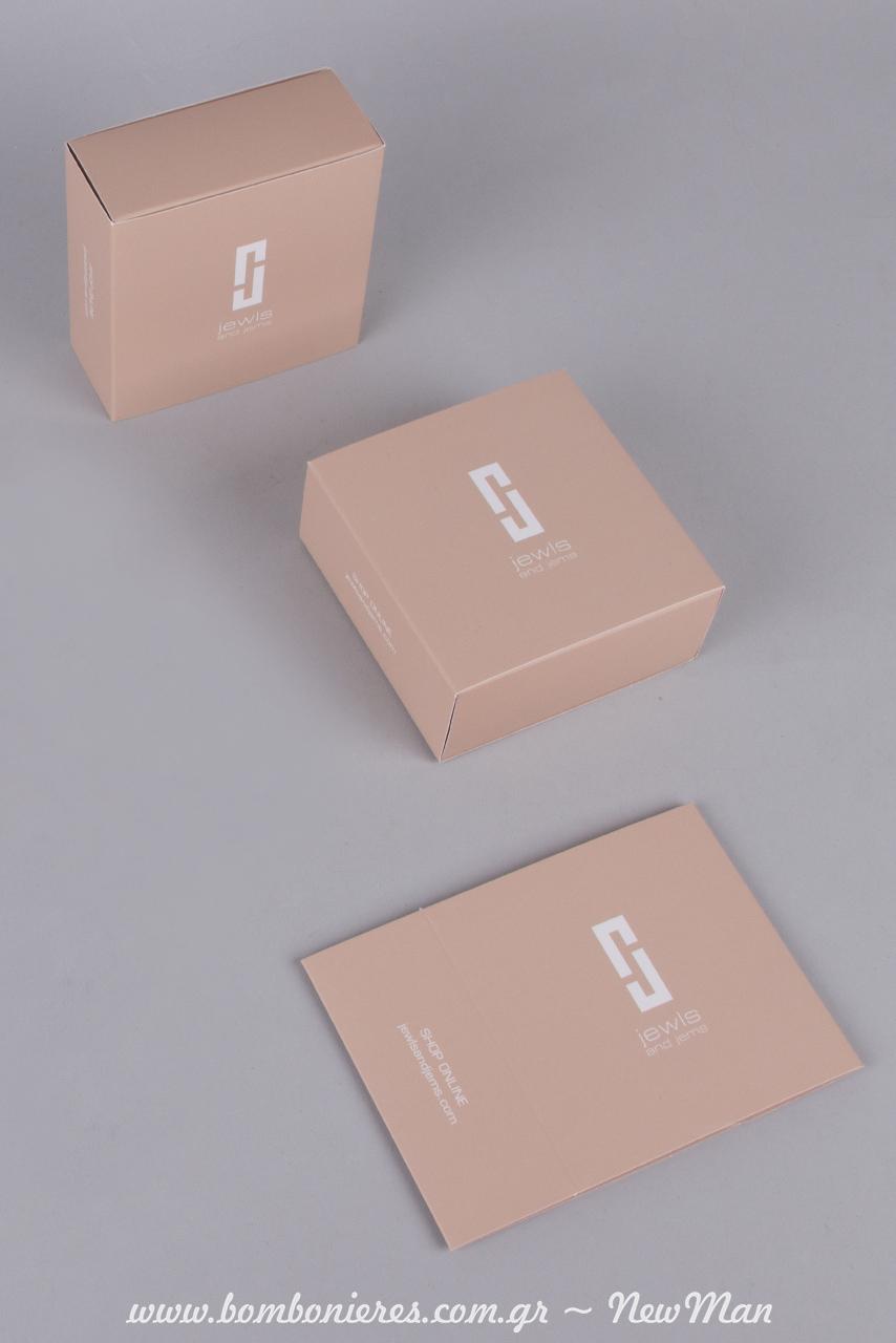 Τετράγωνο, συρταρωτό κουτί σε nude απόχρωση με τυπωμένο το λογότυπο Jewls & Jems.