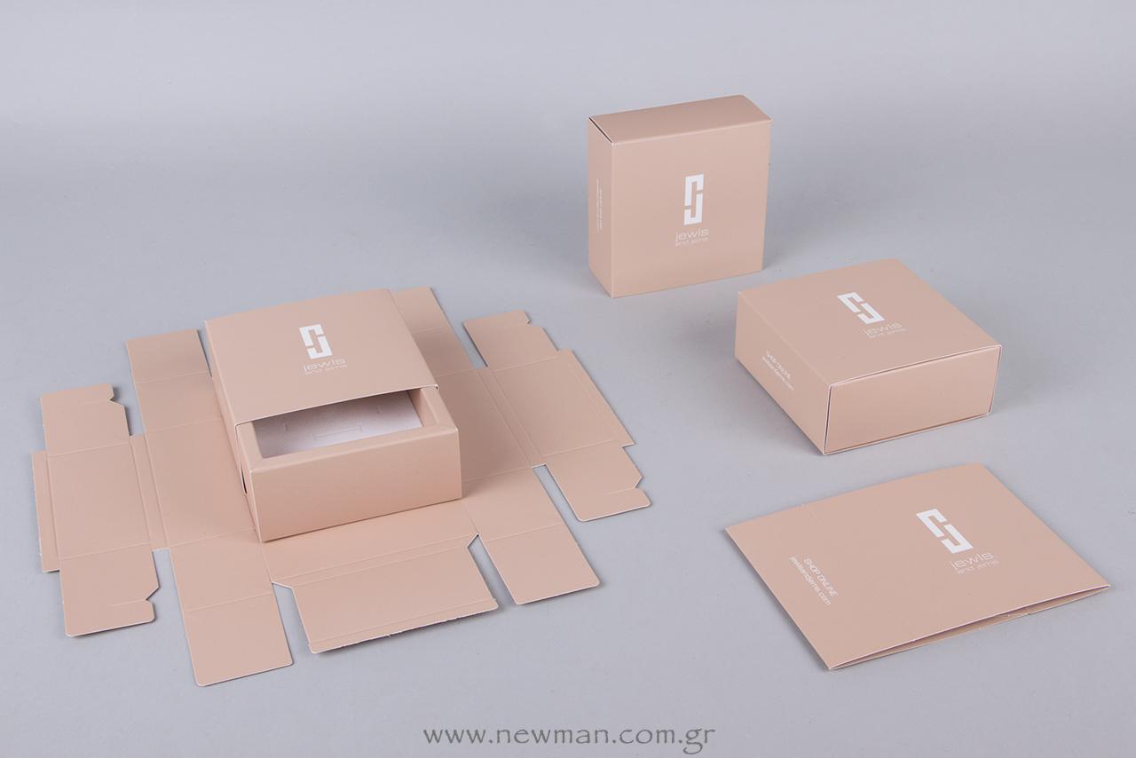 Τετράγωνα, συρταρωτά κουτιά σε nude απόχρωση με τυπωμένο το λογότυπο Jewls & Jems.