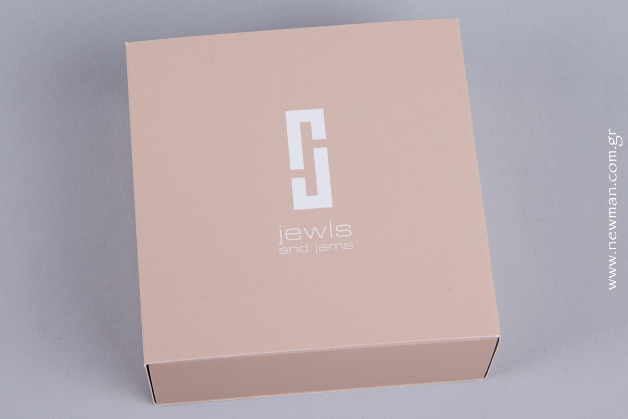 Ολόκληρο το κουτί έχει υποστεί ματ πλαστικοποίηση για μια ξεχωριστά απαλή υφή.