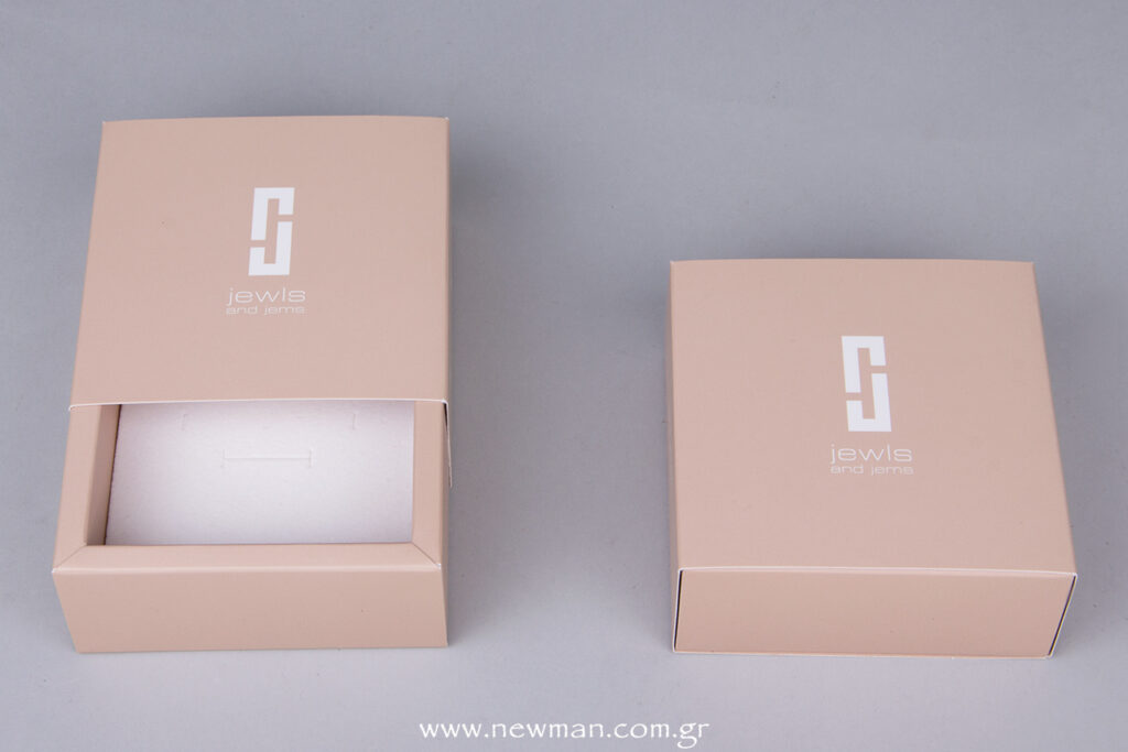 The cuts of the foam vary according the Jewels we want to put in the box (bracelet, necklace, ring, pendant, earring etc)