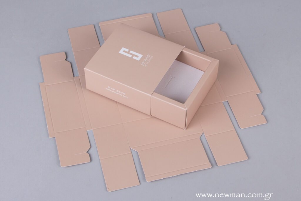 This box is available in a flat open form for easy transport and storage.