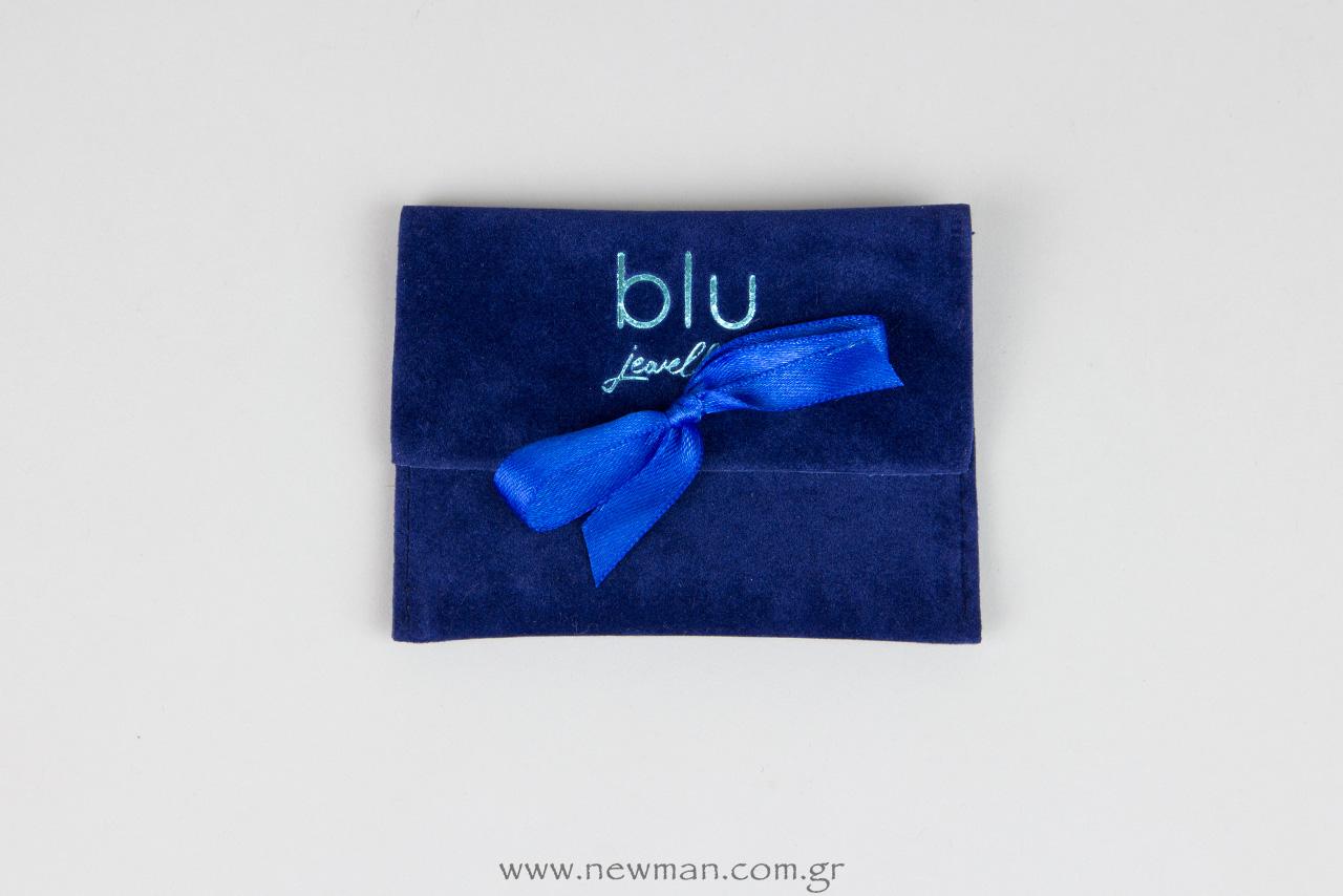Pougki se sxima tsepis me kordela (mple xrwma), typwmeno me to logotypo tou katastimatos Blu Jewelry.