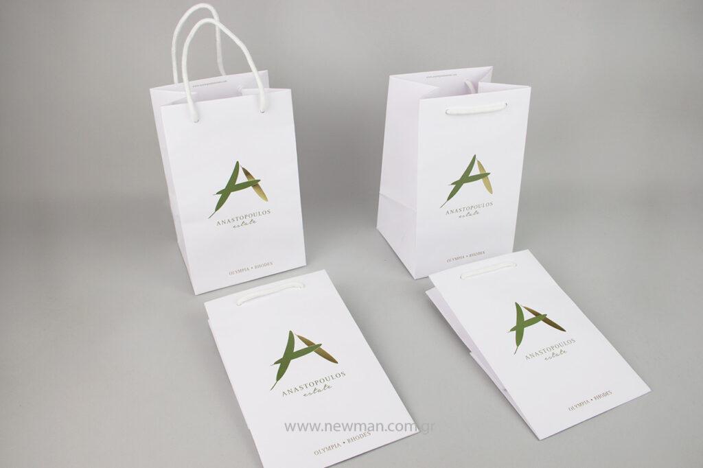 Οι πολυτελείς χάρτινες λευκές τσάντες Gofrato είναι φτιαγμένες από ανάγλυφο χαρτί με βαμβακερό κορδόνι.
