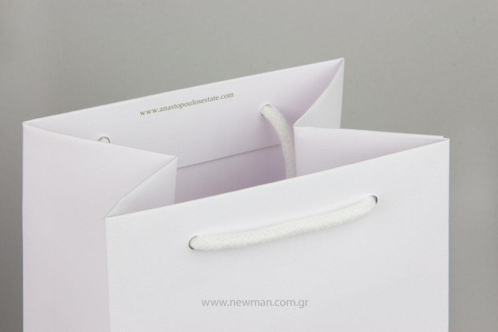 Η εταιρεία Newman Packaging εκτύπωσε για την Anastopoulos Estate σε τσάντες Gοfrato με offset εκτύπωση και θερμοτυπία.