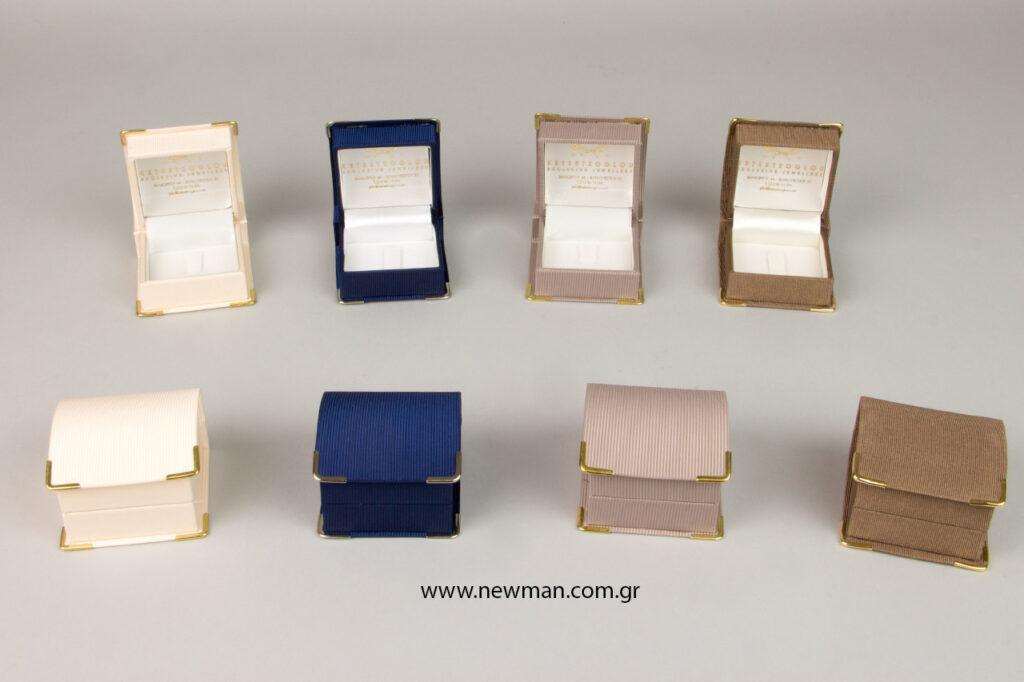 Η Newman Packaging Company τύπωσε με θερμοτυπία σε χρυσό χρώμα την επωνυμία του κοσμηματοπωλείου, καθώς και τα στοιχεία επικοινωνίας, στο εσωτερικό από το καπάκι των κουτιών.