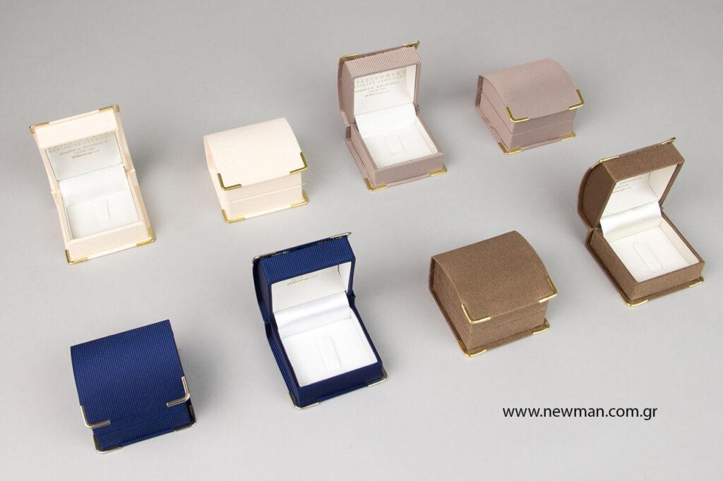 Τυπώσαμε το λογότυπο με χρυσοτυπία σε κουτιά κοσμημάτων από τη σειρά DCS σε 4 διαφορετικά χρώματα.