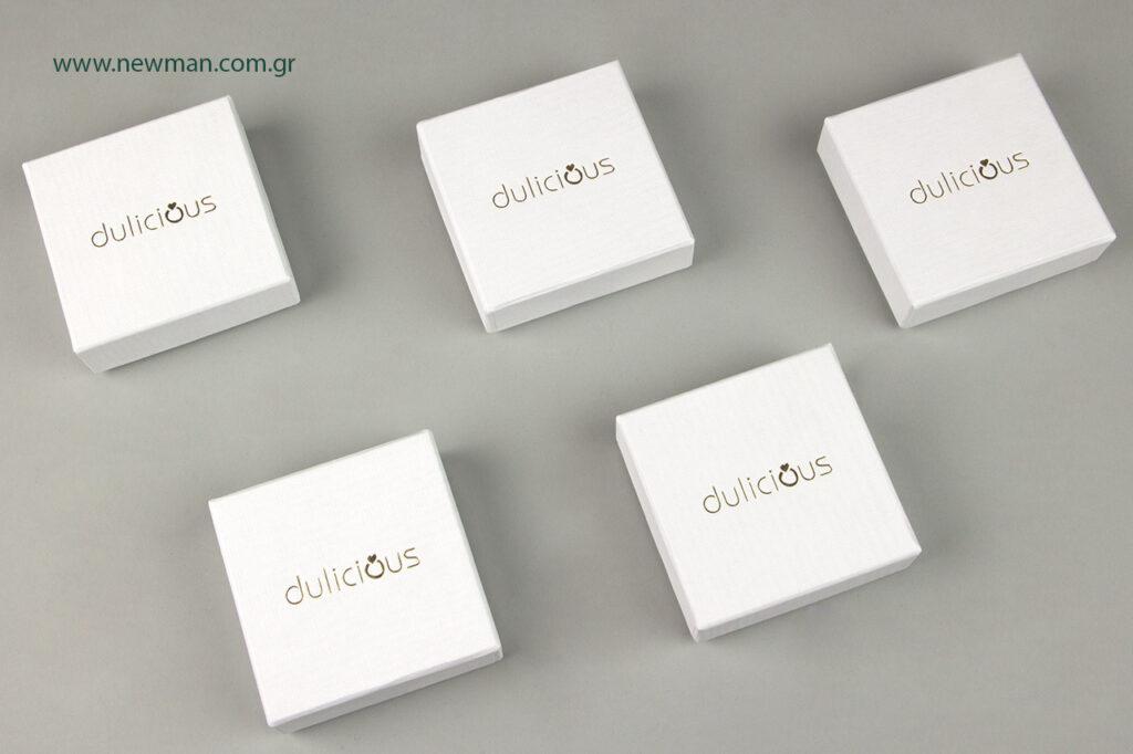 """Πουγκιά και κουτιά συσκευασίας με λογότυπο σε χρυσοτυπία για το brand """"dulicious""""."""