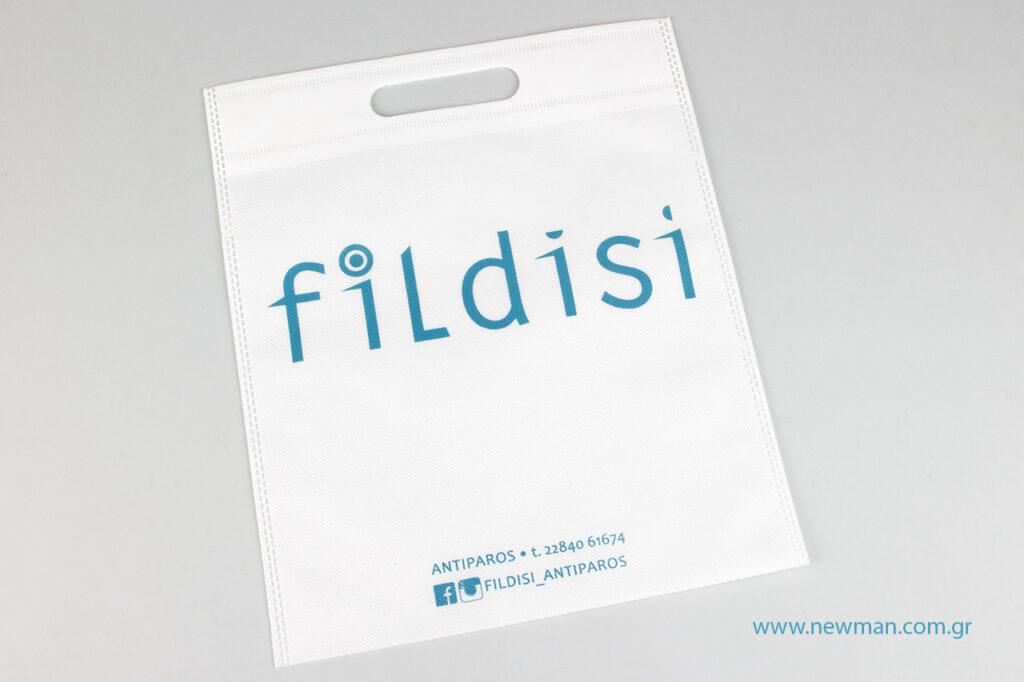 """Τυπώσαμε τσάντες Non-woven λευκού χρώματος με τιρκουάζ γράμματα χρησιμοποιώντας την τεχνική της μεταξοτυπίας για το brand """"fildisi"""" στην Αντίπαρο."""