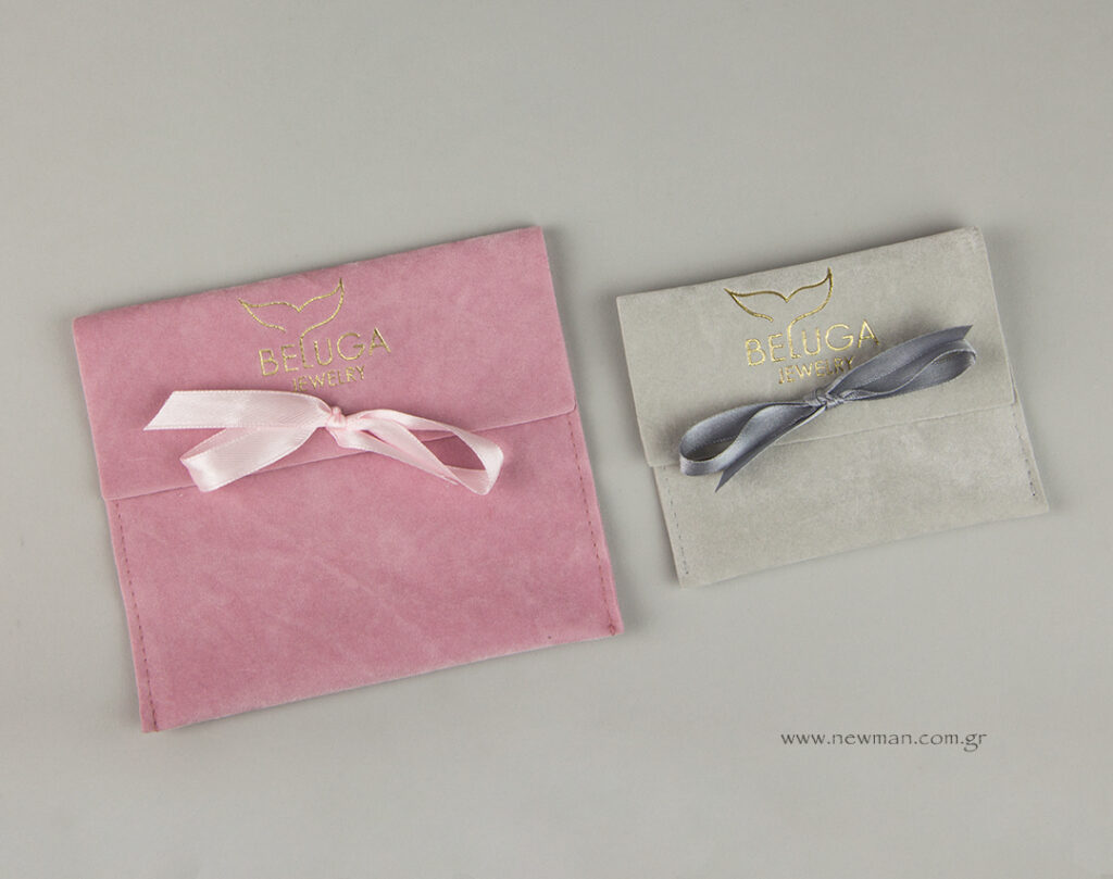 Τυπωμένα πουγκιά κοσμημάτων σουέτ σε ροζ και γκρι ανοιχτό.