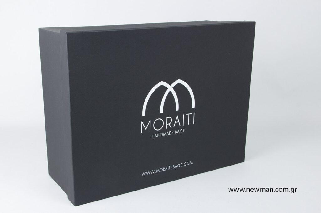 Τυπώσαμε χάρτινα κουτιά μαύρου χρώματος με λευκή μεταλλοτυπία στο λογότυπο.