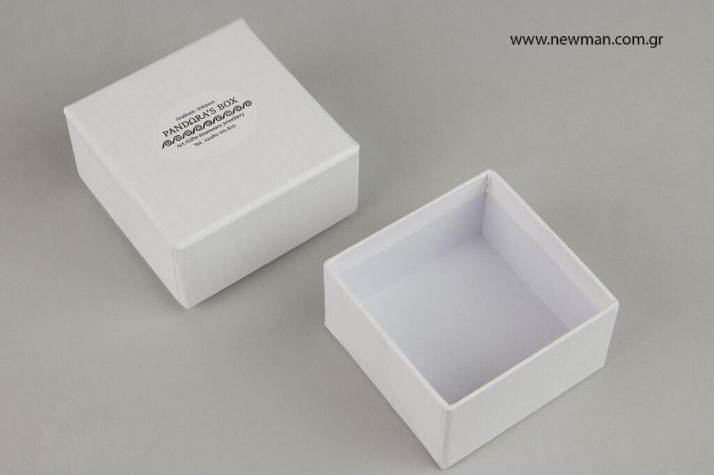 Κολλήστε τις αυτοκόλλητες ετικέτες σε custom-made λευκά κουτάκια συσκευασίας.