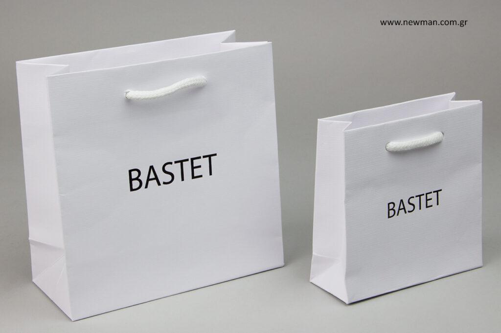Τυπώσαμε πάνω σε λευκές τσάντες από χαρτί πολυτελείας 230 gr της σειράς Gofrato luxury bags, το λογότυπο της εταιρείας σε μαύρη μεταλλοτυπία.