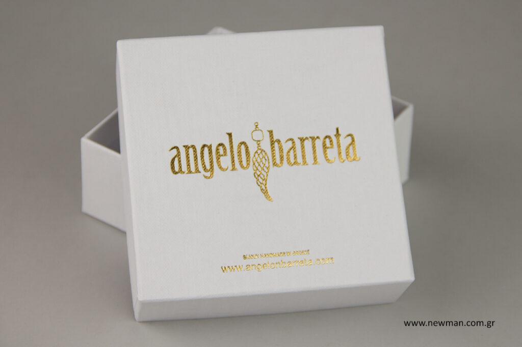 Τυπώσαμε κουτιά από χαρτόνι λευκό σαγρέ διαστάσεων 6x6x3 εκ., 8x8x3,5 εκ. και 10x10x4 εκ. με χρυσοτυπία και εσωτερικό αφρολέξ 15mm.