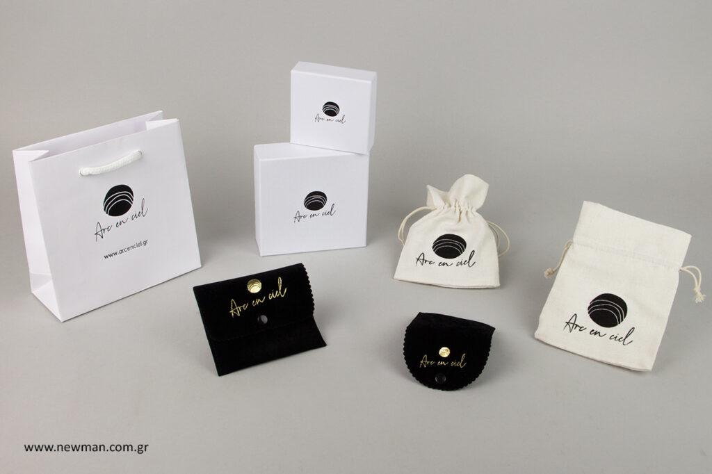 Επώνυμες τσάντες, επώνυμα κουτιά και επώνυμα πουγκιά για να συσκευάσετε τα κοσμήματά σας.
