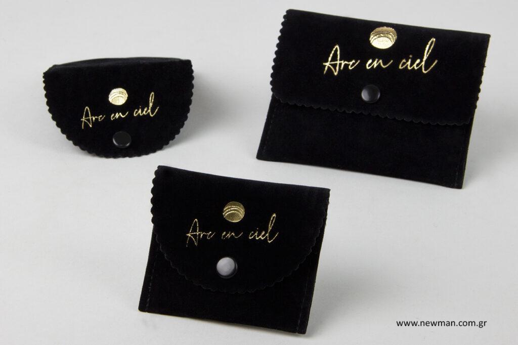 Σουέτ θήκες - τσεπάκια για κοσμήματα με χρυσό λογότυπο.