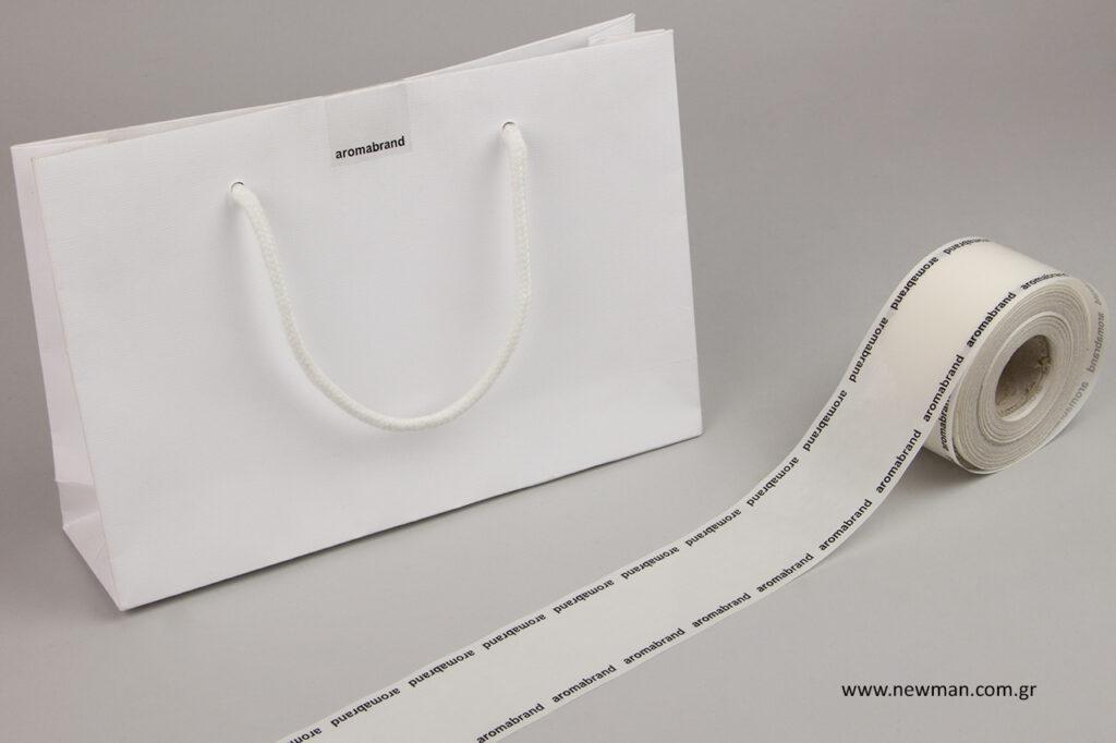 Οι ετικέτες μπορούν να χρησιμοποιηθούν για το κλείσιμο μιας τσάντας δώρου.