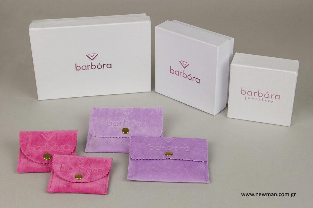 Τυπωμένα κουτιά με ροζ μεταλλοτυπία και τυπωμένα πουγκιά με βαθυτυπία.