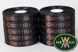 Bottega: Σατέν κορδέλες με τυπωμένο λογότυπο για κάβα ποτών.