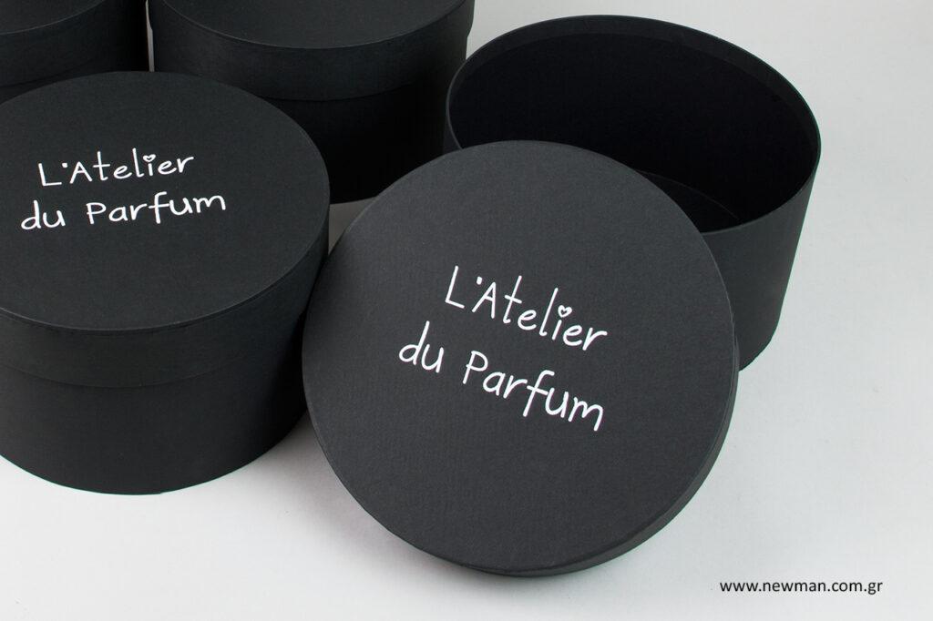 L'Atelier du Parfum: Εκτύπωση σε στρογγυλά κουτιά με θερμοτυπία.