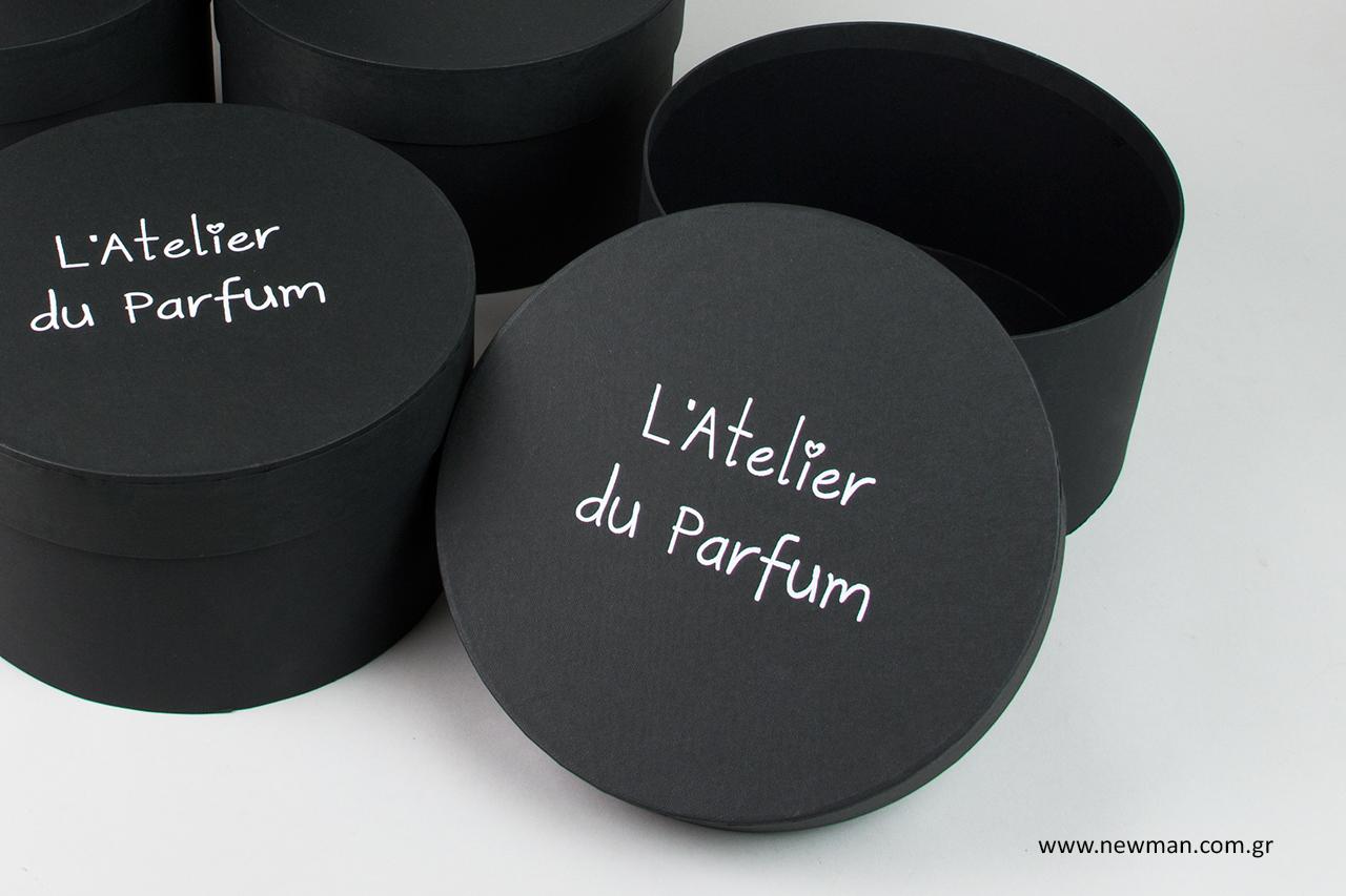 L'Atelier du Parfum: Hot-foil printing on round boxes.